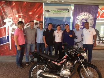 ACIB entrega moto sorteada no Parque do Peão