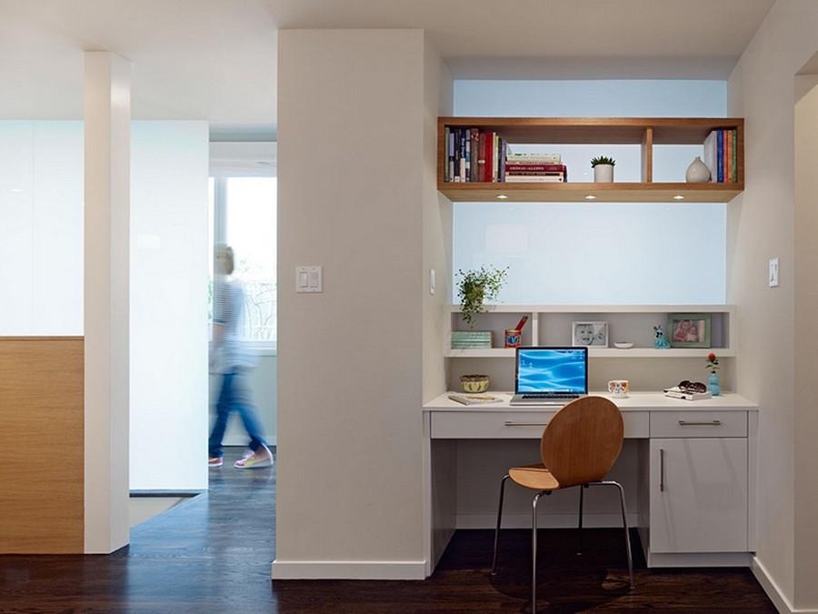 Reaproveitando o espaço entre um vão para criar um mini home office. Destaque para o móvel aéreo auxiliar.