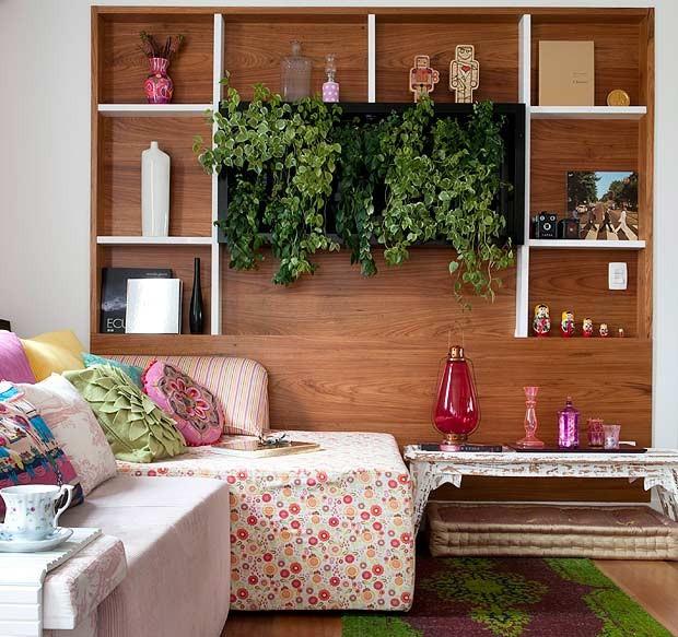 Painel em madeira com plantas para varanda.