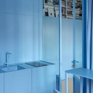Cozinha monocromática azul
