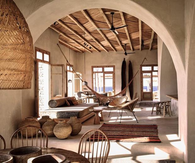 Sala de estar rústica baseada na filosofia Wabi Sabi.