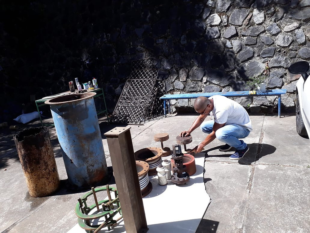 Metalon extraído do ferro velho para se transformar em vasos de plantas.