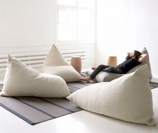 Substituição da tradicional sala de estar para uma área despojada com almofadas. Fonte: Doce Obra