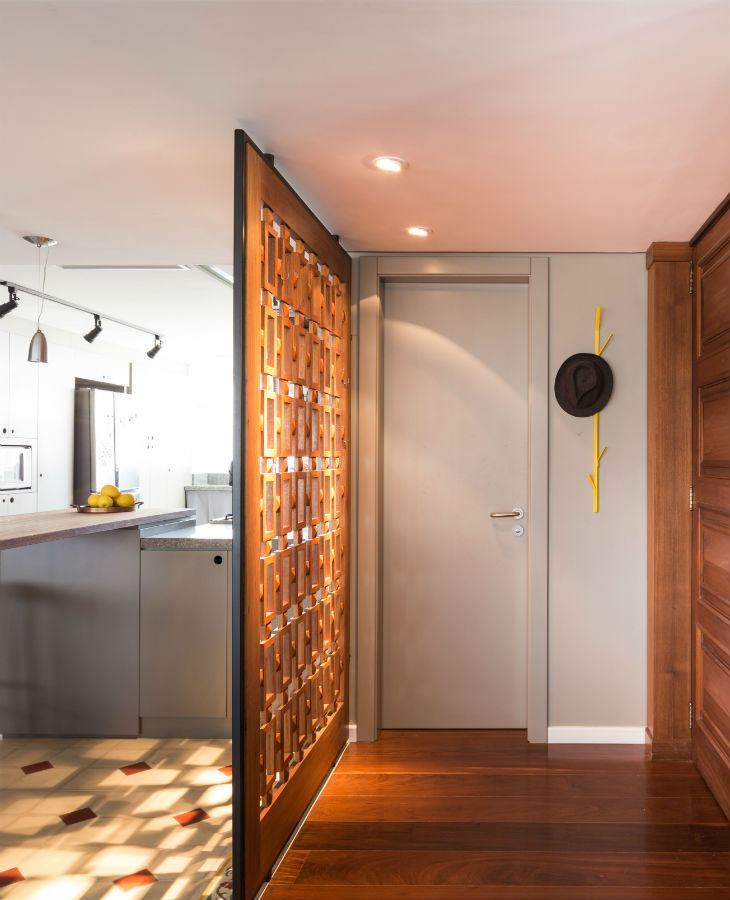 Hall de entrada com painel vazado e madeira.