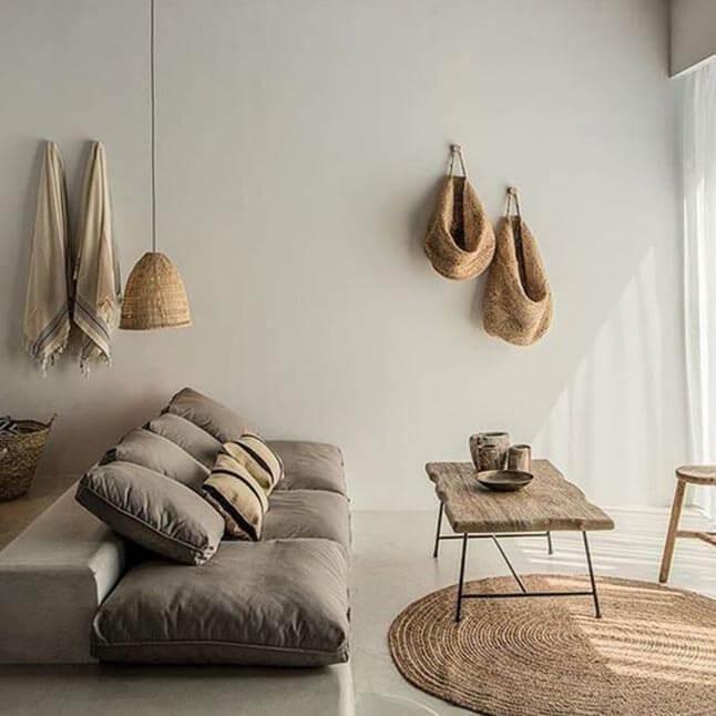 Sala de estar rústica com elementos naturais