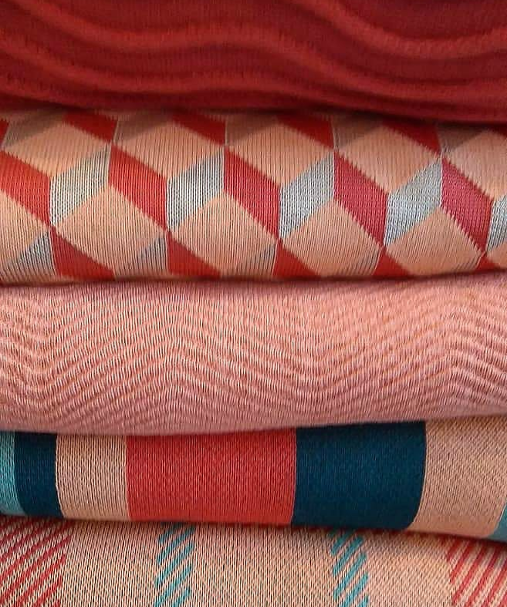 Tecidos e estampas com nuances de coral, vermelho e turquesa, da Patterns&Collors