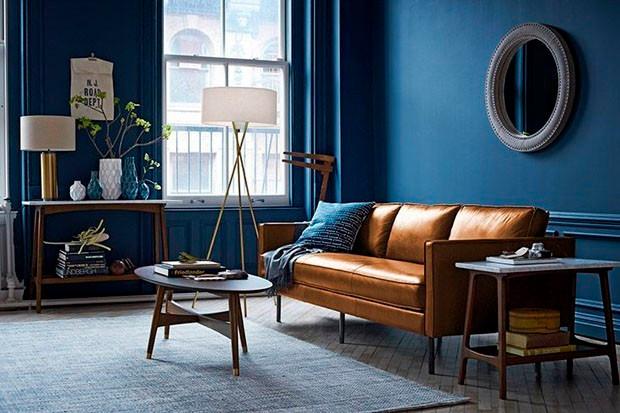 Living em tons de azul em contraponto com a tonalidade terrosa do couro. Fonte: Casa Vogue