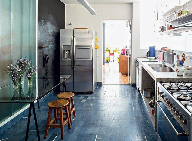 Cozinha paralela com ladrilho hidráulico azul.