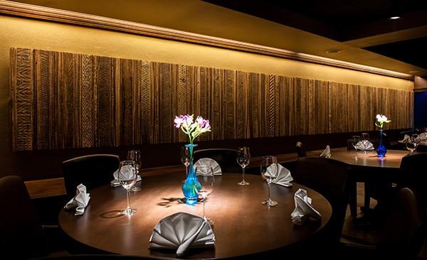 Restaurante com painel em madeira