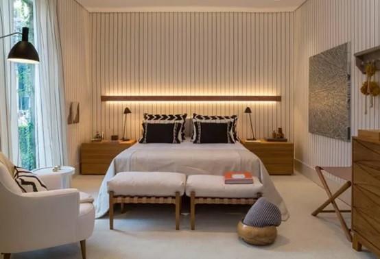 Dormitório casal com tecido listrado.