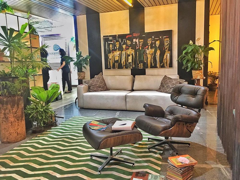 Sala de estar com conceito de brasilidade em Salvador.