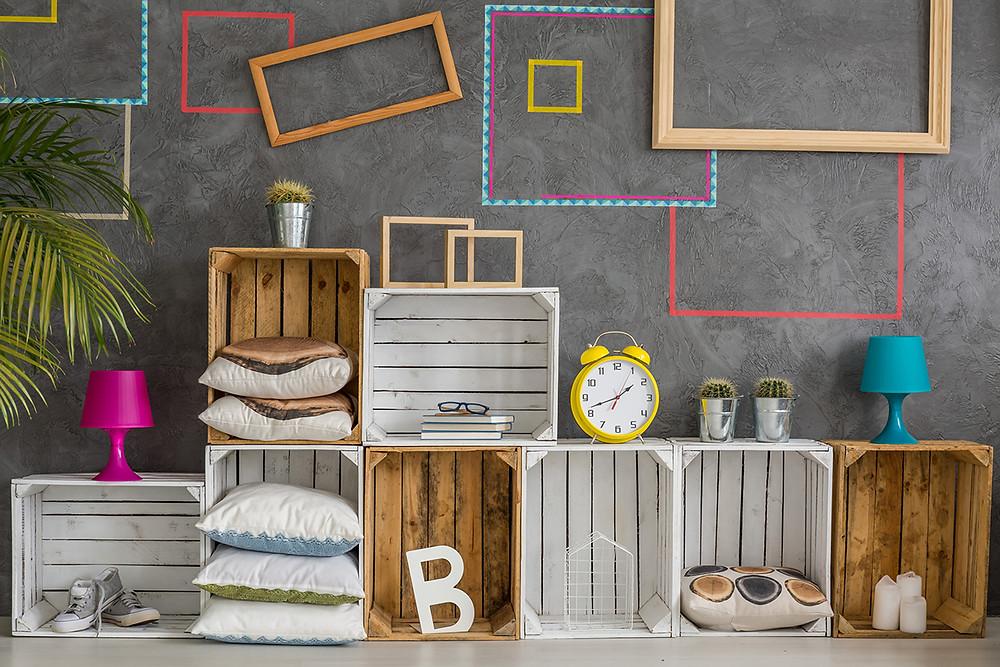 Caixotes de madeira e molduras coloridas