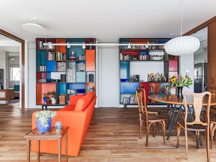 Apartamento decorado com biblioteca