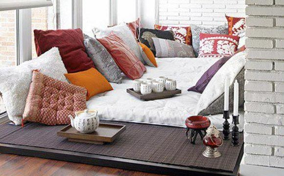 Futons e almofadas na sala de estar