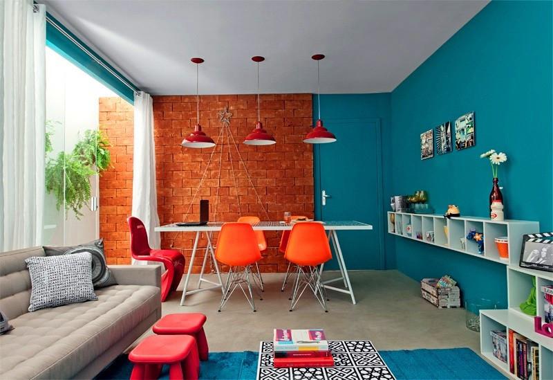 Sala de estar e jantar com azul e laranja, tijolinhos