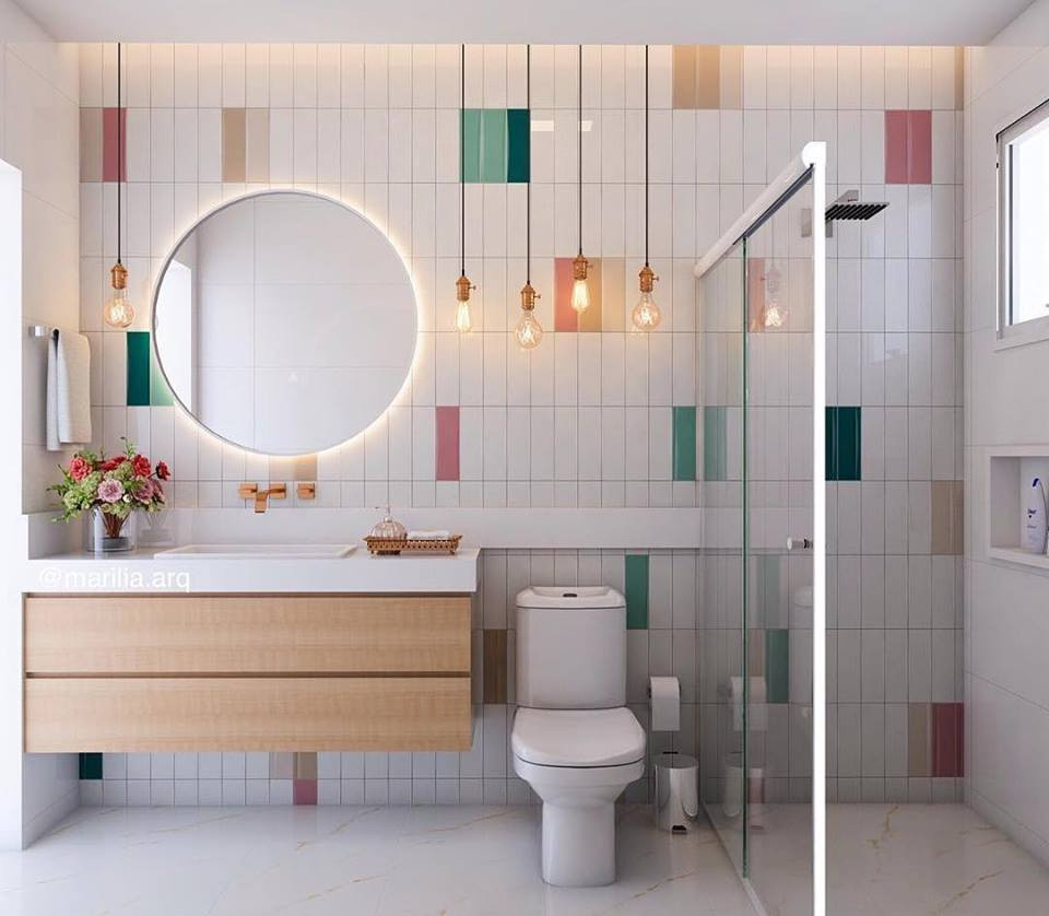 Banheiro com tijolinhos coloridos.