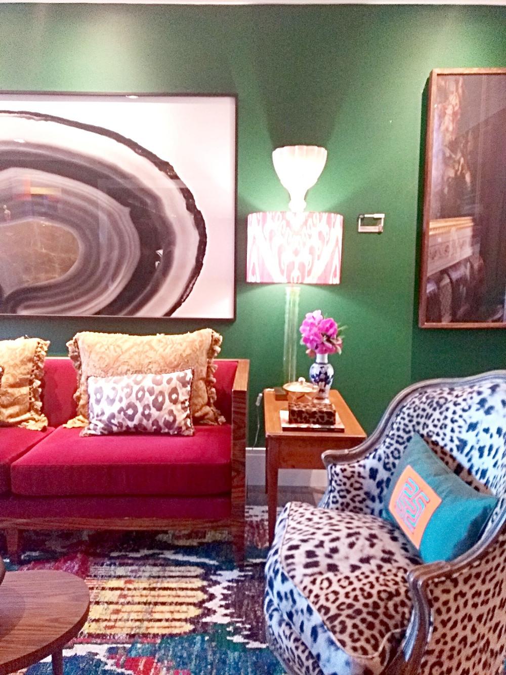 Sala de estar retrô com mix de estampas.