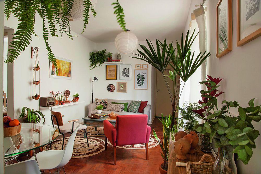 Sala de estar com paleta de cores elementar baseada nas plantas, folhagens e tons de madeira. Fonte: Minha Casa
