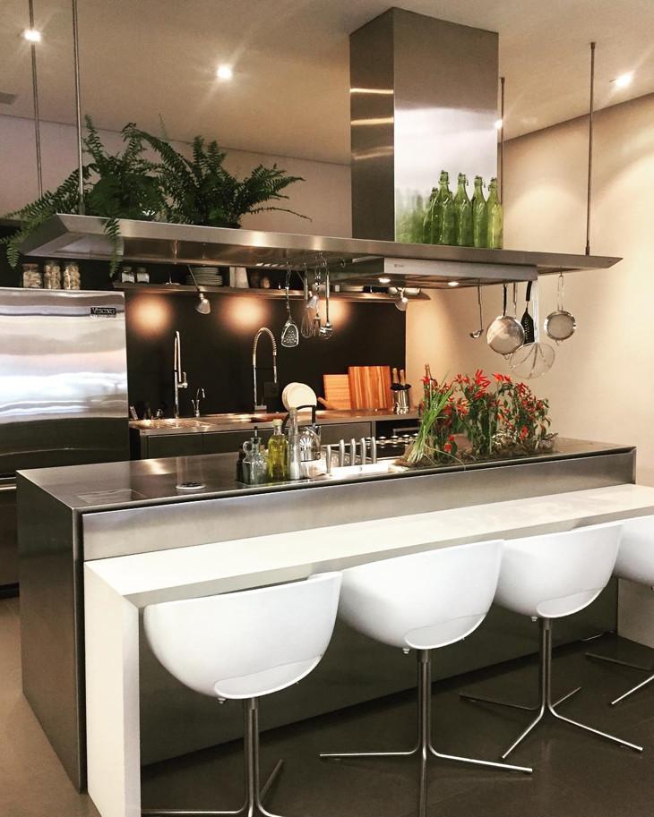 Cozinha com península em inox.
