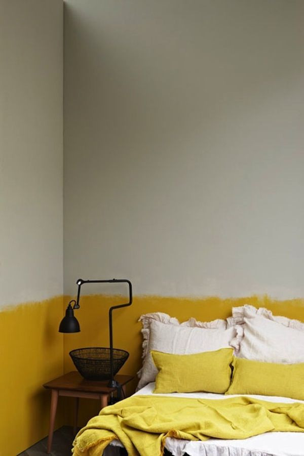 Pintura inacabada amarela no quarto.
