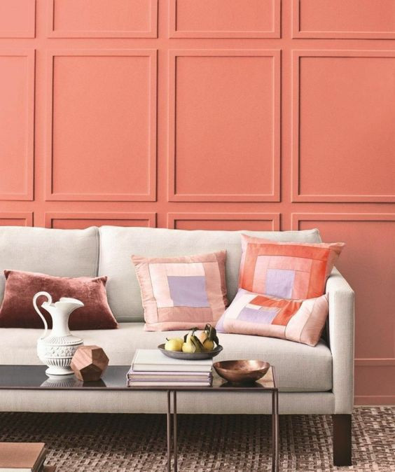 Boiseries emolduram a parede na cor coral. Fonte: Homeinfo.hu