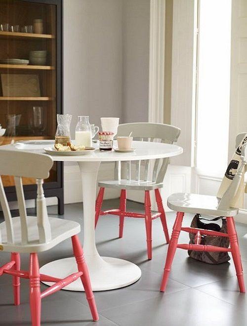 Pés da cadeira pintados de rosa, utilizando a técnica de duas cores sólidas no mobiliário.