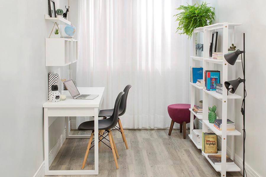 Escritório projetado com estante multifuncional que pode ser auxiliar de uma sala de estar.