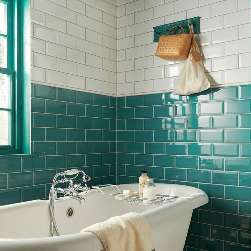Subway tiles em duas cores no banheiro.
