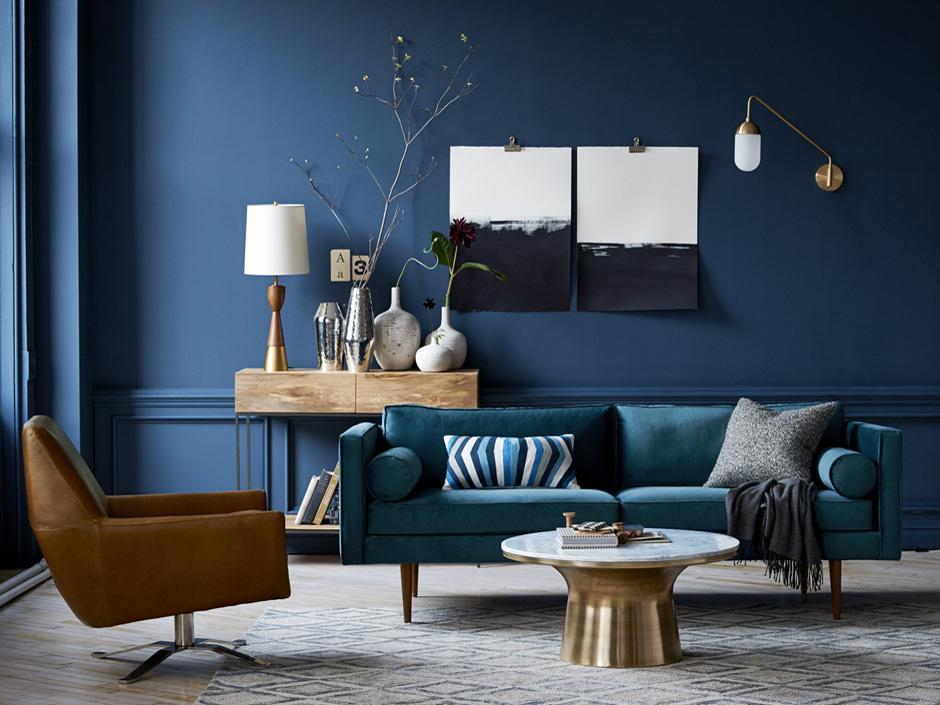 Sala de estar sóbria, com tonalidades de azul, laranja escuro e beges nas texturas. Fonte: Man-man.nl