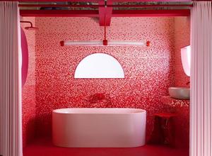 Banheiro em degradê de pastilhas vermelhas