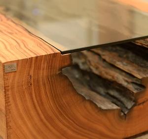 Detalhe do interior orgânico de madeira maciça de Pequiá em uma mesa de centro ArboREAL