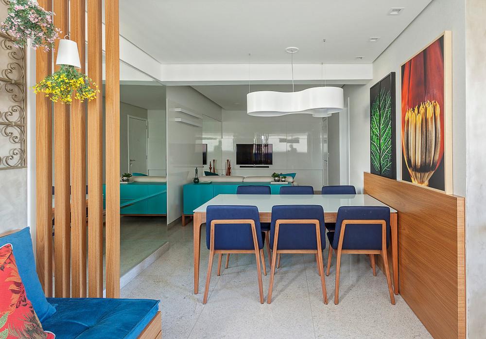 Sala de jantar em tonalidades de azul e tons alaranjados da madeira. Fonte: Casa Cláudia