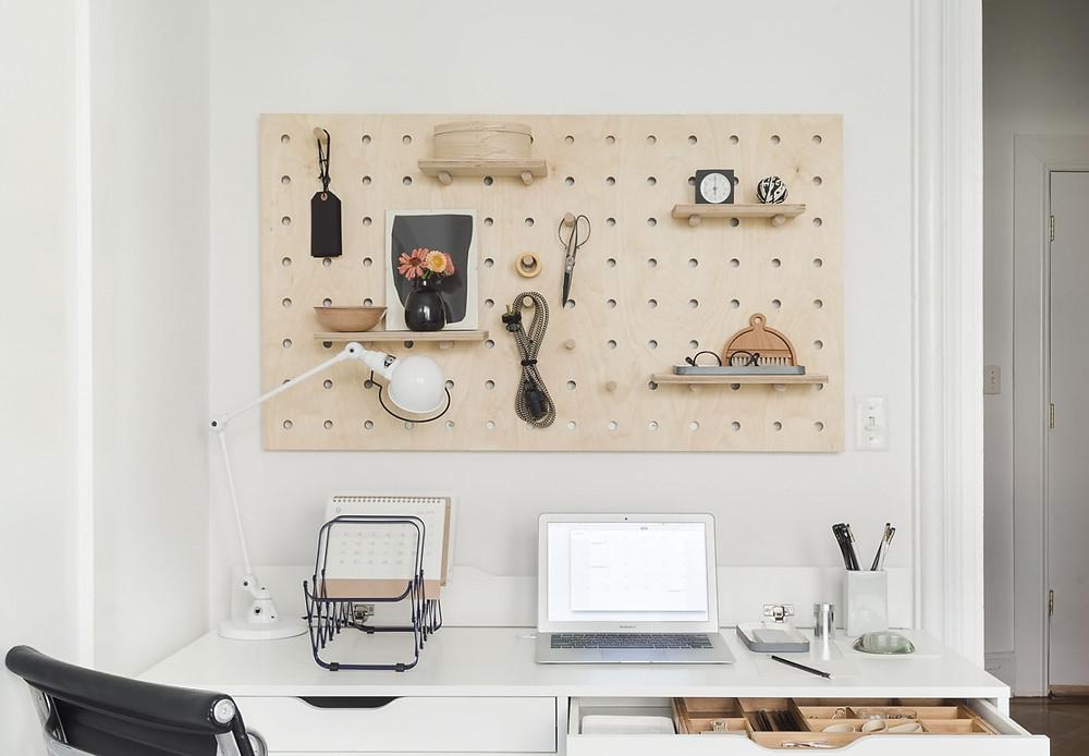 Peg Board para acoplar acessórios e objetos de escritório.