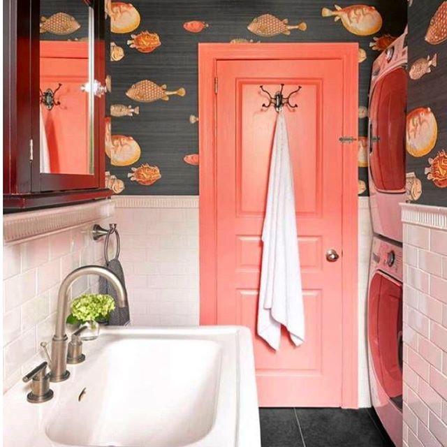 Banheiro com porta coral e papel de parede de motivos marinhos. Fonte: The Wow Factory Decor