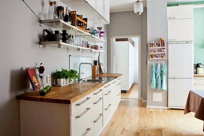 Cozinha clean com tons de madeira e bege