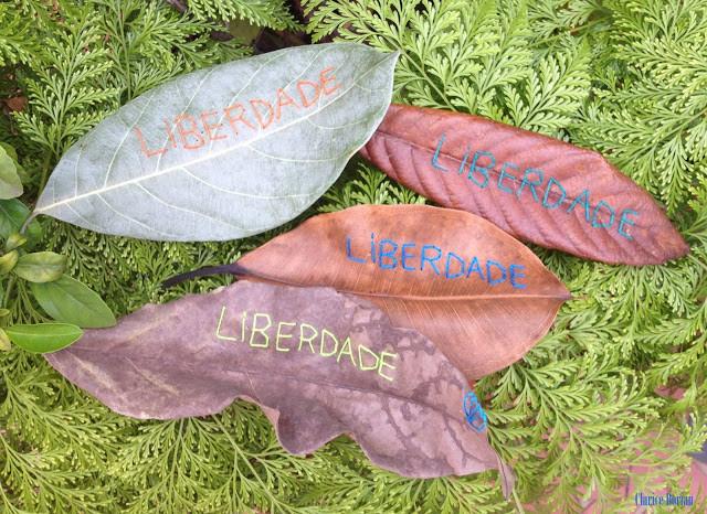 Folhas secas bordadas com palavras.