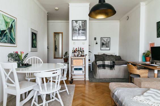 Apartamento com ambientes integrados e peças de design afetivo.