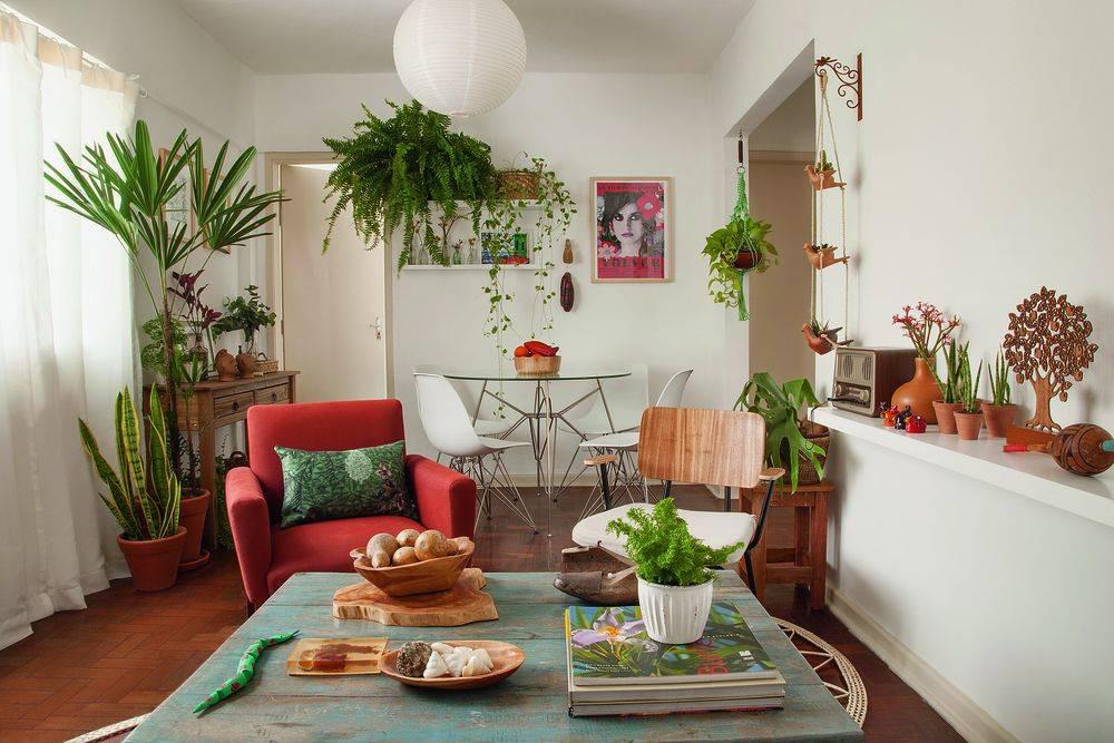 Sala de estar e jantar com conceito Urban Jungle e pontos de cor apenas nos detalhes. Fonte: Minha Casa