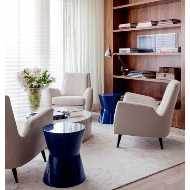 Área de estar em azul, bege e tons amadeirados. Fonte: Design & Mais