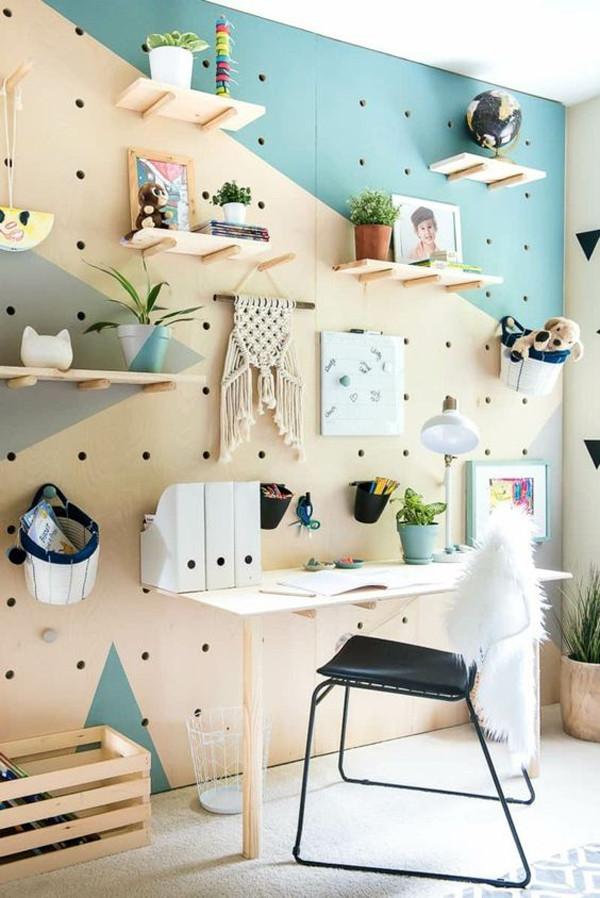Peg Board amadeirado com pinos para home office.