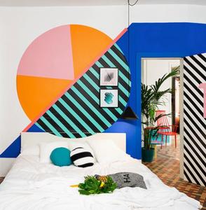 Pintura geométrica cabeceira da cama.