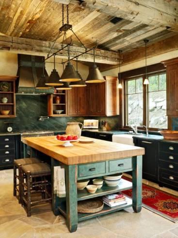 Cozinha rústica com bancada de apoio central.