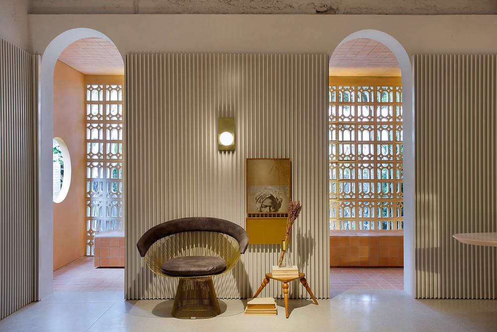 O retorno dos arcos, dos frisados e dos elementos construtivos mais rebuscados. Projeto de Léo Shehtman para Casa Cor São Paulo 2018.