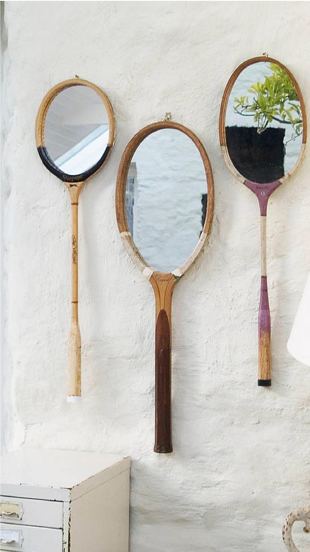Raquetes antigas adaptadas com espelhos.