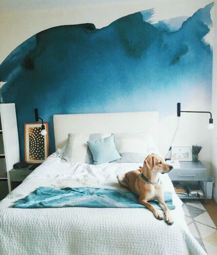 Pintura ombré na cabeceira da cama.