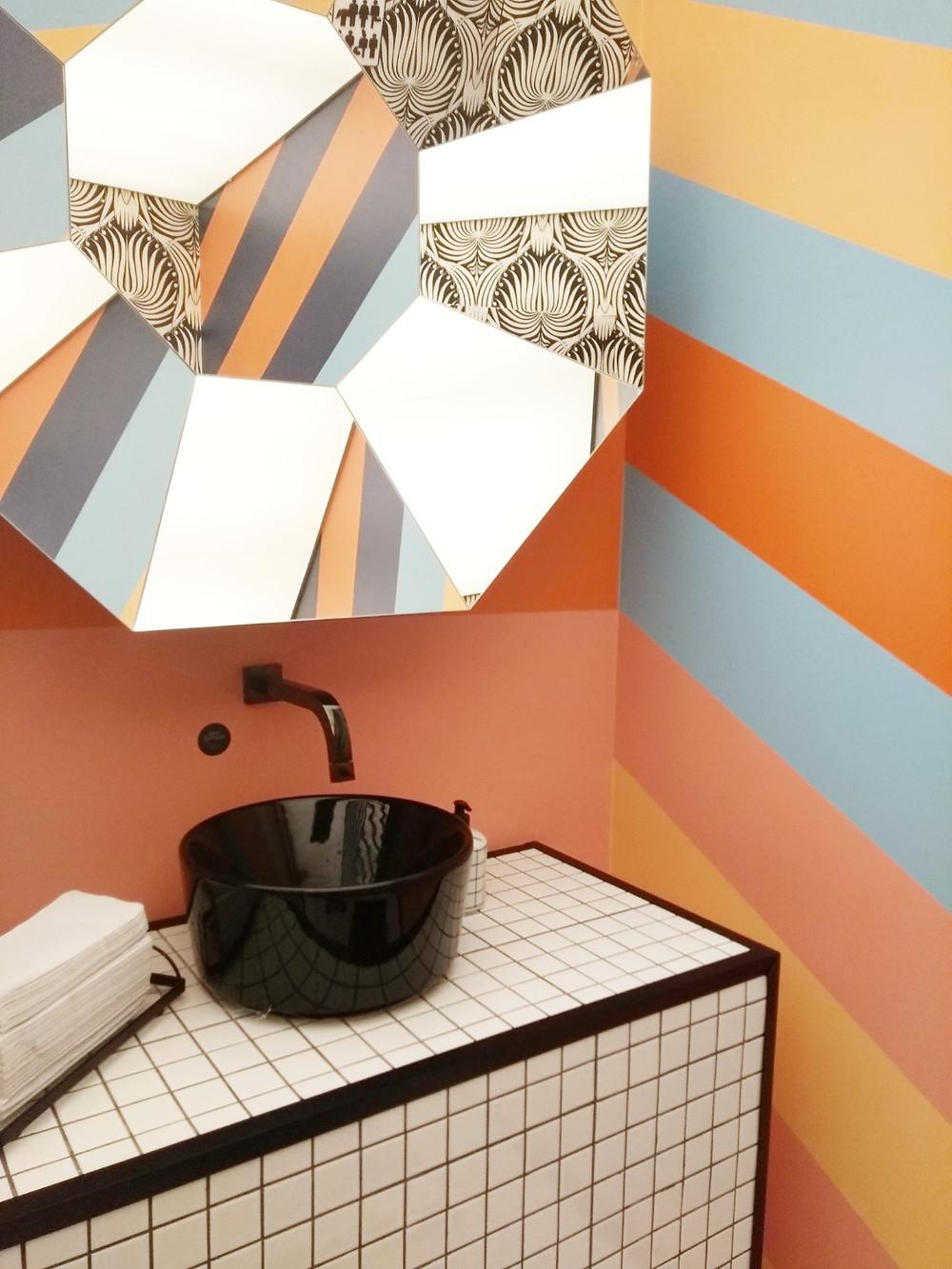 Banheiro público colorido