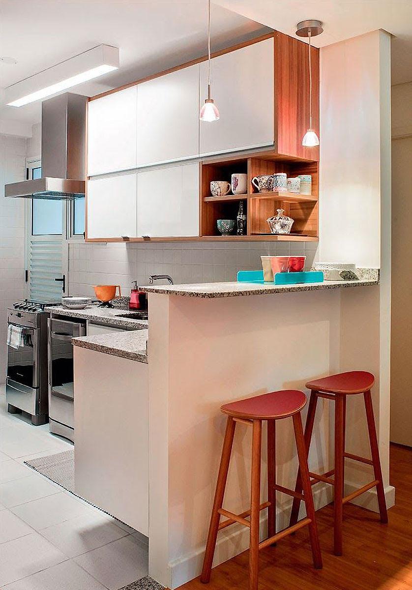 Cozinha americana pequena vermelha.