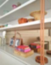 estante com objetos decorados