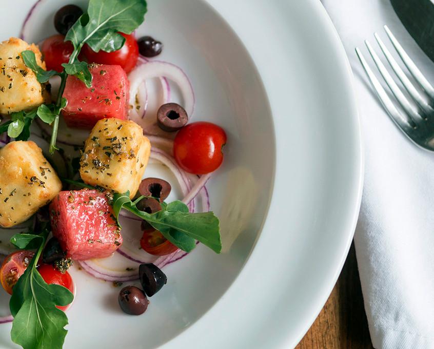 Feta Monte Azul frito en ensalada con sabores mediterráneos