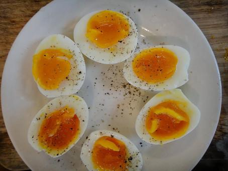 Os benefícios de consumir ovos caipiras de manhã.